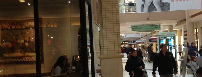 Starbucks is one of สถานที่ที่ Chika ถูกใจ.