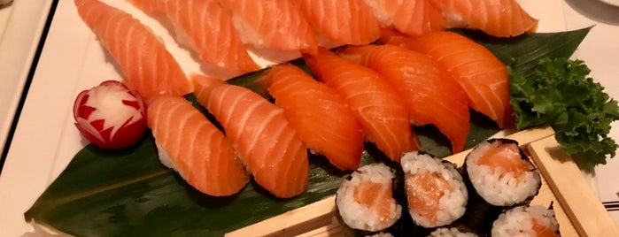 Akai Sushi is one of Locais curtidos por Lara.