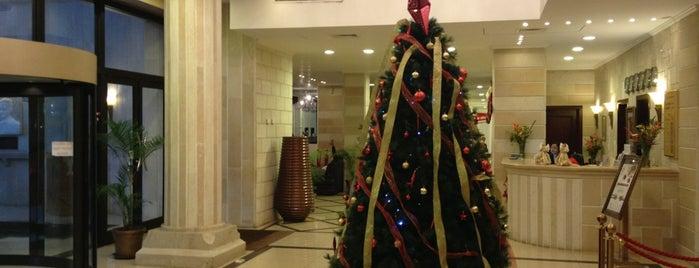 Royal Hotel is one of Lieux qui ont plu à Joe.