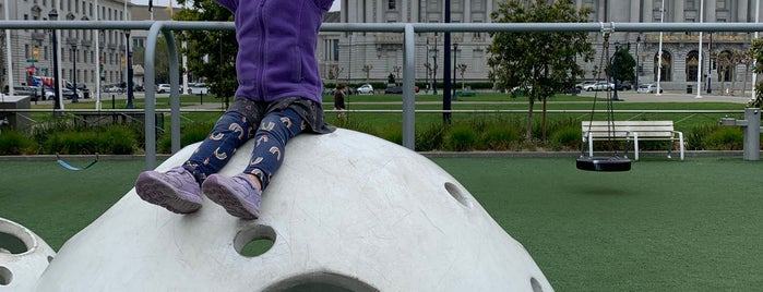 Helen Diller Civic Center Playground is one of Lugares favoritos de Andrew.