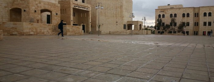مبنى القاعات الصفية الغربي is one of Lugares favoritos de Bego.