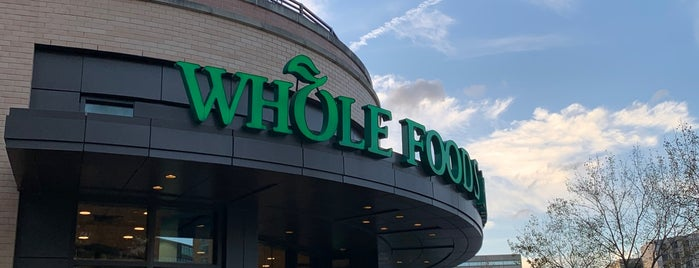 Whole Foods Market is one of Locais curtidos por Richard.