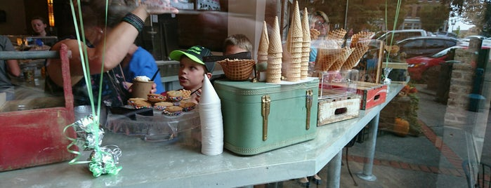 Hattie JanesCreamery Inspired Ice Cream is one of Lugares favoritos de Trevor.