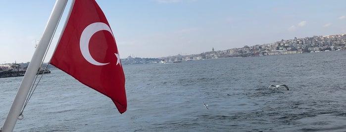 Üsküdar İskele Meydanı is one of Tempat yang Disukai Samet.