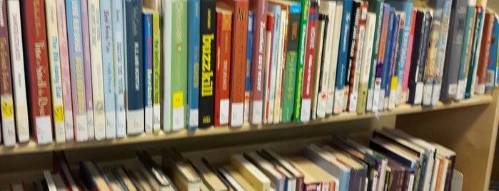 Newmarket Public Library is one of Tempat yang Disimpan Deborah Lynn.