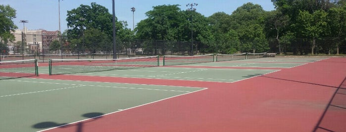 Crotona Park tennis courts is one of Lieux qui ont plu à Dew.