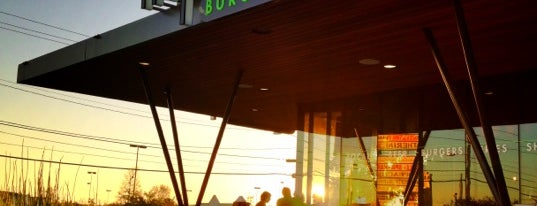 Hopdoddy Burger Bar is one of Locais curtidos por Divya.