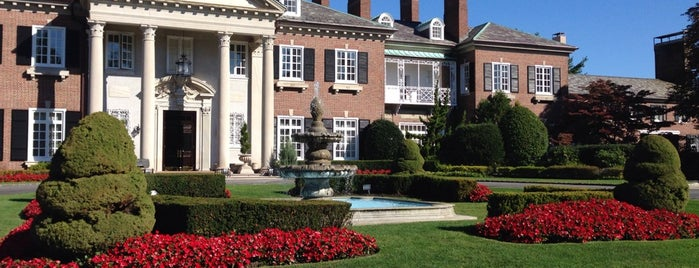 Glen Cove Mansion Hotel & Conference Center is one of Tempat yang Disukai Christopher.