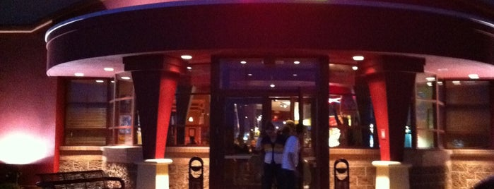 Red Robin Gourmet Burgers and Brews is one of Tempat yang Disukai Alan.