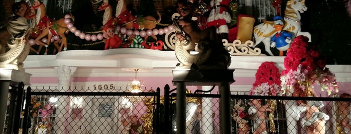The Pelham Parkway Christmas House is one of Sashaさんの保存済みスポット.