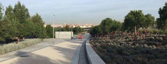 Pasarela Madrid Río-Parque Lineal del Manzanares is one of Madrid Río: Puentes, pasarelas y presas.