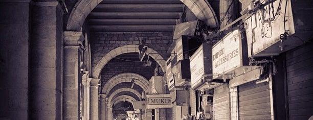 Colaba Market is one of Orte, die Jed gefallen.