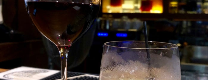 District 10 Bar & Restaurant is one of Locais curtidos por Riann.