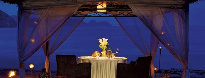 Al Bustan Palace, a Ritz-Carlton Hotel is one of Locais curtidos por Montréal.