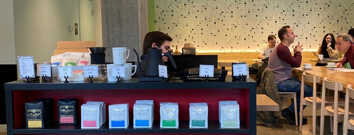 Roseline Coffee is one of Lieux qui ont plu à Cusp25.