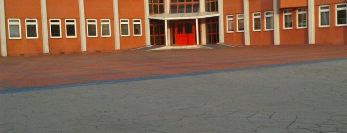 Ataköy Cumhuriyet Anadolu Lisesi is one of Lugares favoritos de Güçlü.