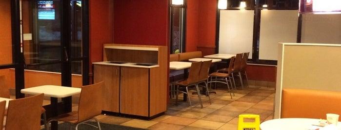 Taco Bell is one of Tempat yang Disukai Lindsaye.