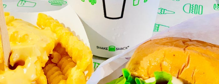 Shake Shack is one of Tempat yang Disukai Monica.
