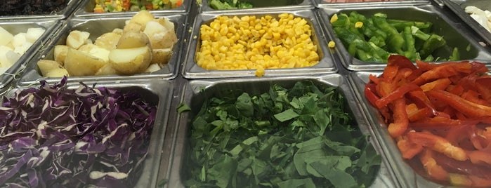 Fresh Salads is one of Locais curtidos por Mayra.