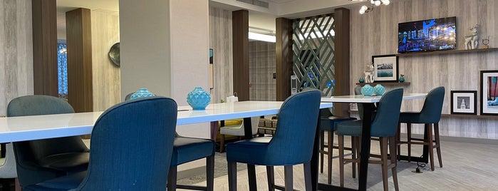 Hampton Inn & Suites is one of Lugares favoritos de Travis.