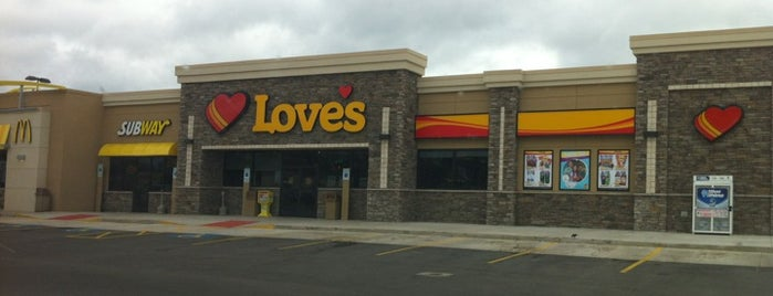 Love's Travel Stop is one of สถานที่ที่บันทึกไว้ของ Raul.