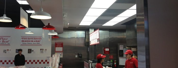 Five Guys is one of Lieux sauvegardés par Kim.