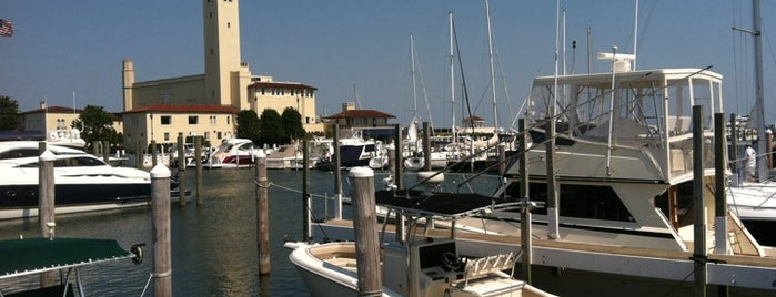 Grosse Pointe Yacht Club is one of Tempat yang Disukai Lizz.