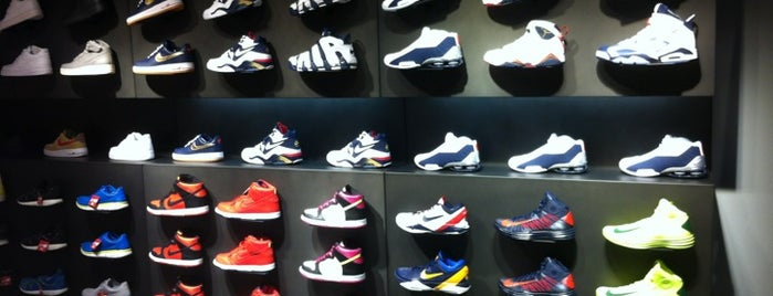 Nike Store is one of Locais curtidos por Illia.
