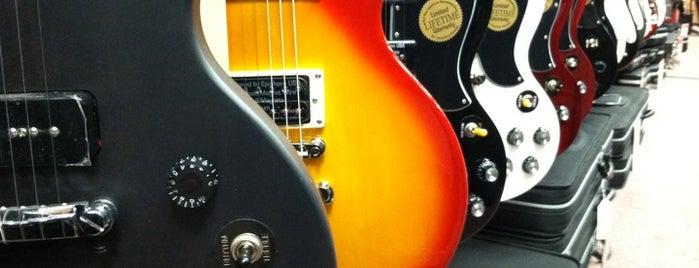 Guitar Center is one of Locais curtidos por Chris.