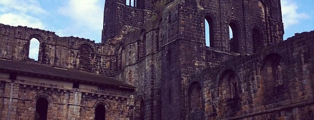 Kirkstall Abbey is one of Tempat yang Disukai Carl.