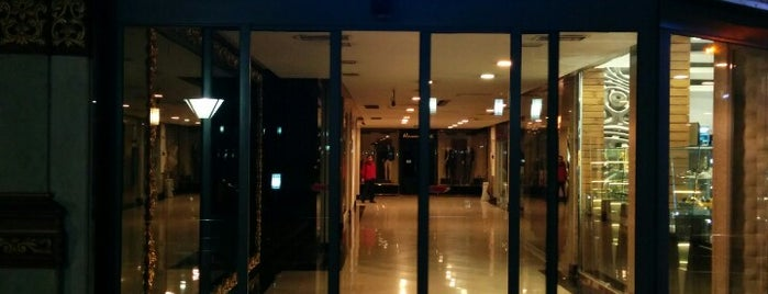 Tochal Shopping Center | مرکز خرید توچال is one of Lieux qui ont plu à Nora.