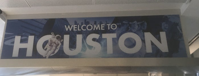 Houston International Airport Terminal D Pet Relief (Post Security) is one of Tempat yang Disukai Tania.