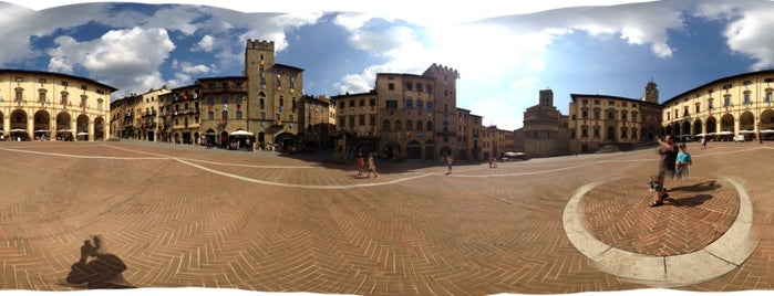 Arezzo is one of Locais curtidos por Alan.