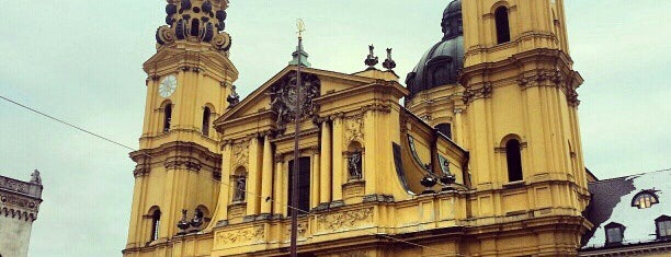Theatinerkirche (Stiftskirche St. Kajetan) is one of สถานที่ที่ Carl ถูกใจ.