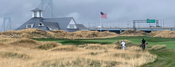Trump Golf Links at Ferry Point is one of Lieux sauvegardés par Lizzie.