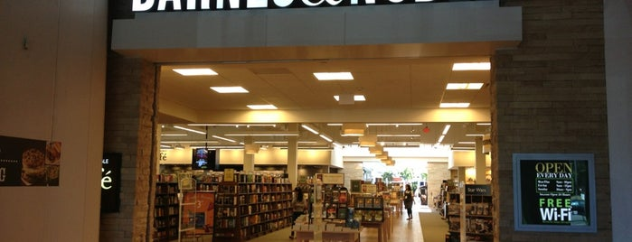 Barnes & Noble is one of Orte, die Alberto J S gefallen.