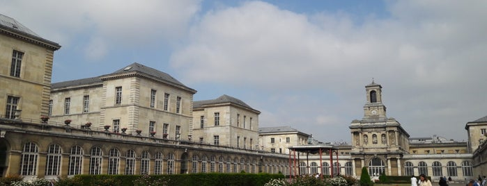 Hopital Lariboisière is one of Guide des Maternités.