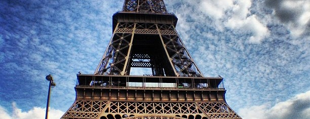 Menara Eiffel is one of Paris.