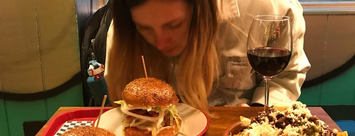 Tipula Burger is one of Burgers y rollo americano.