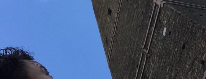 Torre Garisenda is one of Lieux qui ont plu à R.