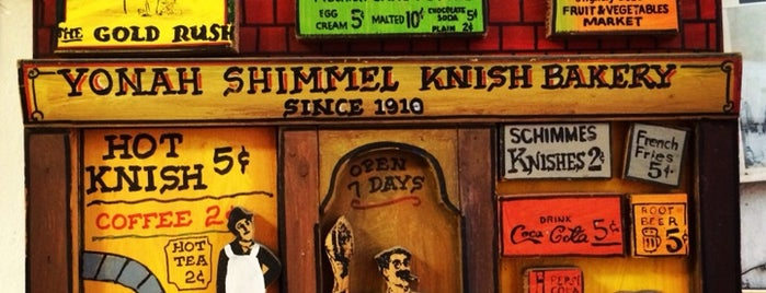 Yonah Schimmel Knish Bakery is one of Posti che sono piaciuti a Carmen.