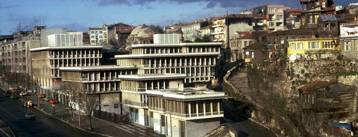 Çalışma Ve Sosyal Güvenlik Bakanlığı İstanbul Bölge Müdürlüğü is one of Ağa Han Mimarlık Ödüllü Yapılar.