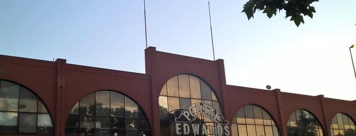 Portal Edwards is one of Monumentos Nacionales.