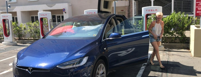 Tesla Supercharger Firenze is one of Alessandroさんのお気に入りスポット.