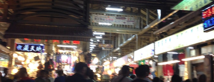 Shilin Night Market is one of สถานที่ที่ Joyce ถูกใจ.