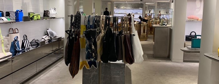Barneys New York is one of Stefanieさんのお気に入りスポット.