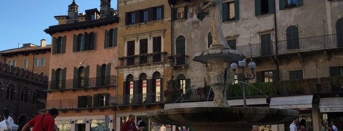 Piazza delle Erbe is one of Orte, die Alan gefallen.