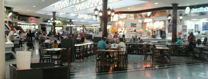 Lakeside Mall is one of Tempat yang Disukai Ronald.