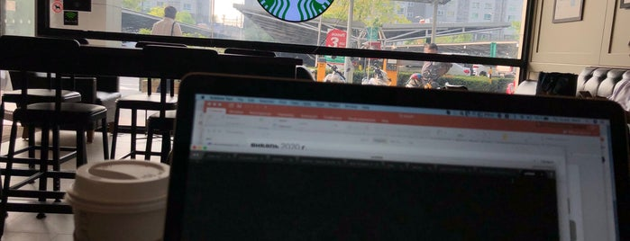 Starbucks is one of Tempat yang Disukai Pravit.
