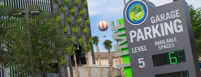 Disney Springs Lime Parking Garage is one of Orte, die M. gefallen.